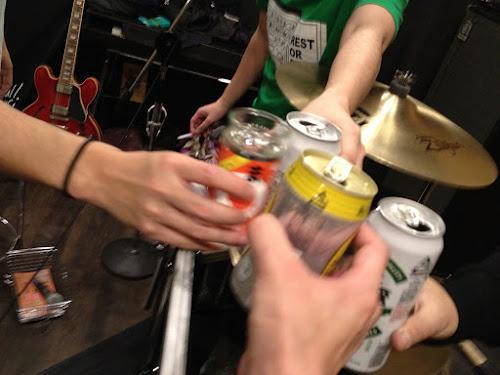 スタジオで乾杯