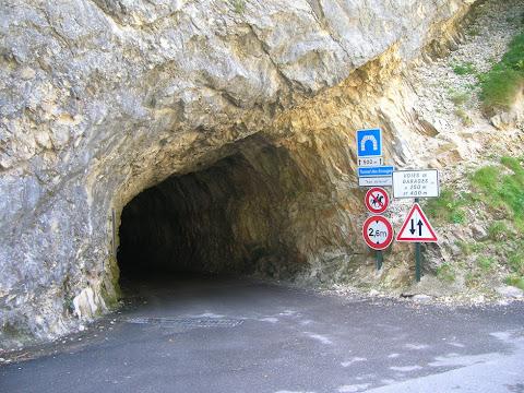... c'è il tunnel: poco più di un budello, ma c'è.