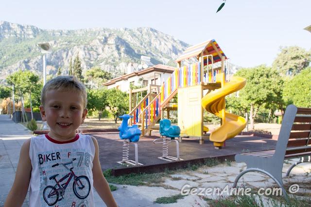 limon ve portakal ağaçları ile çevrili güzel bakımlı bir çocuk parkı, Akyaka