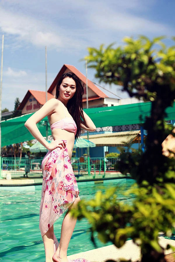 Khanh My dien bikini boc lua tap boi cho Duc Thinh 7