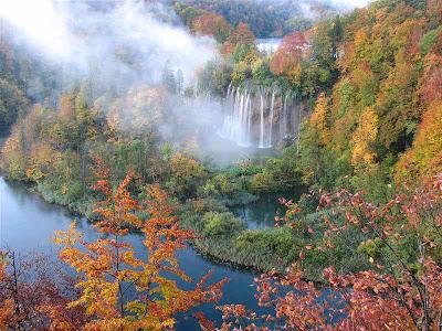 Stiže jesen Jesen+na+plitvicama+u%25C5%25BEivanje+u+stapanju+boja+prirode