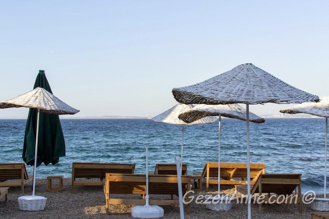 Bozcaada, Otel Kaikias'ın plajı, şezlonglar