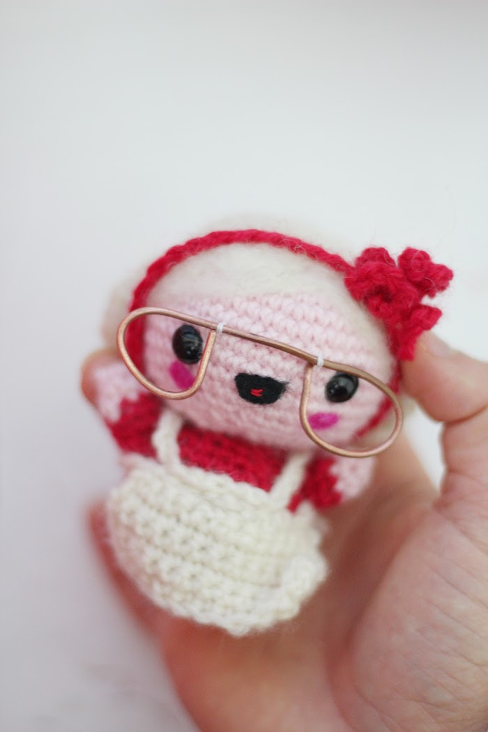 Detail of the glasses of Amigurumi Mama santa claus.