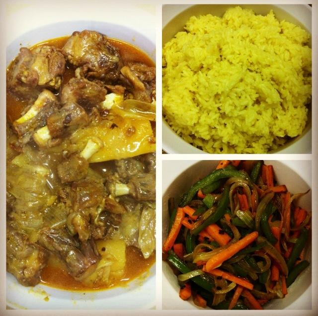 comida de mãe, salada étnica, Arroz com açafrão, Vegetais refogados, Rabada com mandioca,