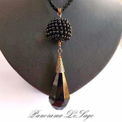 wisior szydełkowy róże róża Panorama LeSage Darłowo biżuteria szydełkowa wisior szydełkowy kryształ koraliki długi stare złoto miedź koraliki szklane