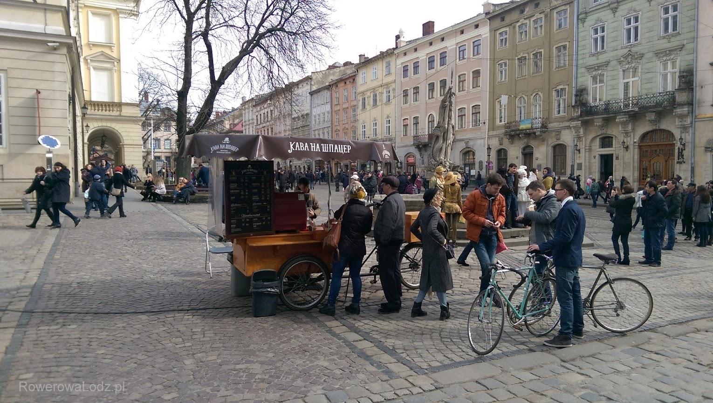 Jest też kawiarnia rowerowa. Stoi na rynku