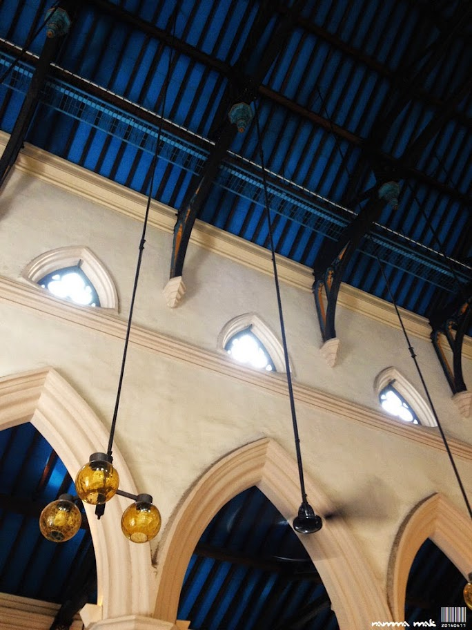 三葉草窗、拱頂和牆柱結構。