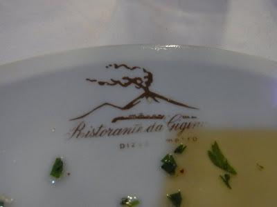 食堂の皿に火山のイラストが