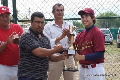 Entrega de trofeo a Adrián Leal García