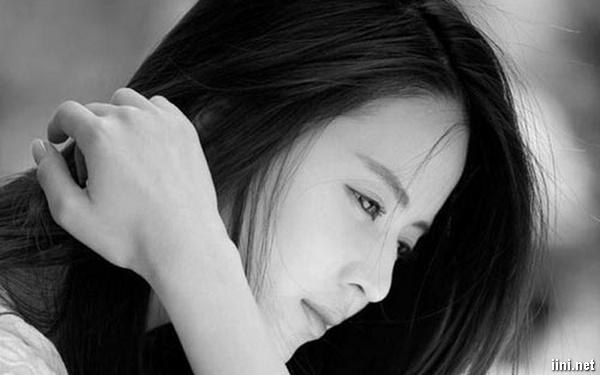 cô gái xinh đẹp khóc vì thất tình