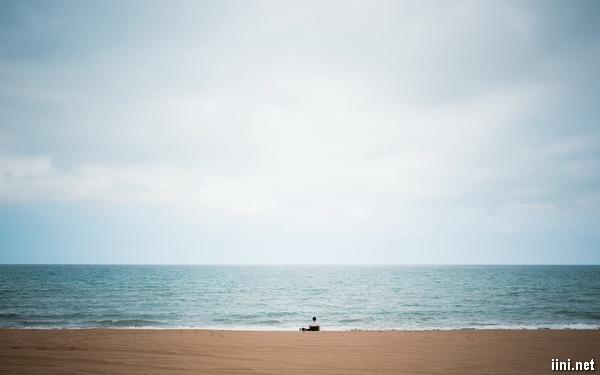 ảnh cô đơn trước biển buồn