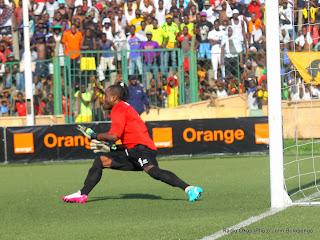 Le gardien de but des Léopards de la RDC, Kidiaba Muteba arrêtant le pénalty accordé à l'équipe ivoirienne par l'arbitre du match le 11/10/2014 lors de la défaite contre les Eléphants de la Côte d'Ivoire (1-2). Radio Okapi/Ph. John Bompengo