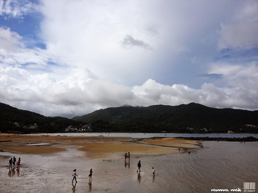 遊人在享受水退的海岸
