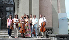 The ESTA Festival Chamber Ensemble in front of the Yehudi Menuhin Forum in Bern