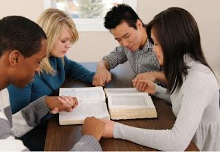 samen bijbel lezen en bidden