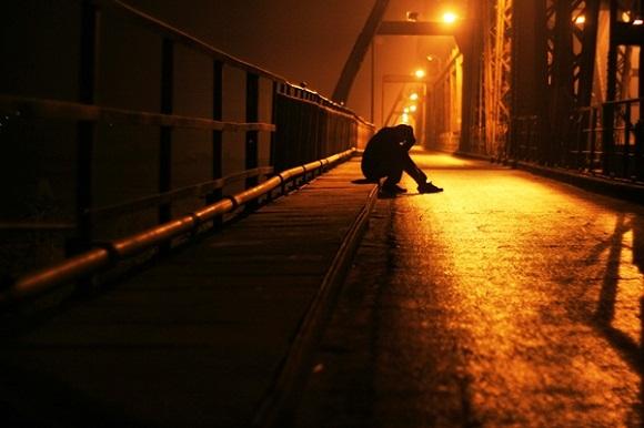 Ảnh chàng trai buồn trong đêm vắng