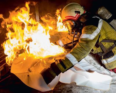 Feuerlöschdecke im Einsatz