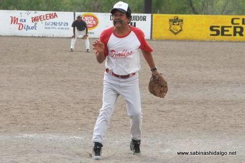 Guadalupe Soto lanzando por Diablos en el softbol del Club Sertoma