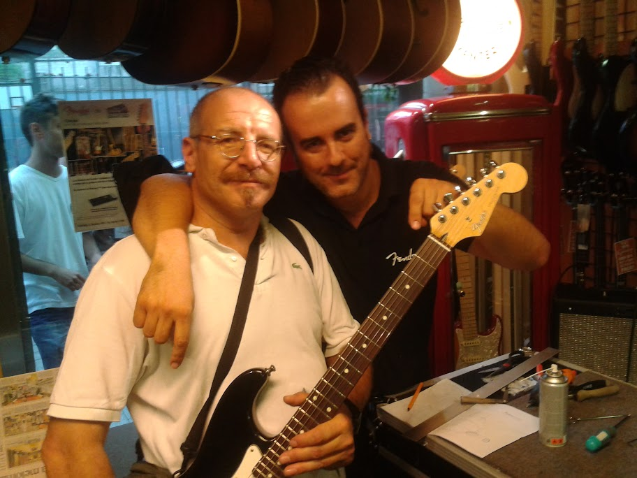 Aquí con Salva, después de dejarme mi Stratocaster mejor que nueva
