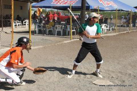 Abelino Flores bateando por Yankees en el softbol del Club Sertoma