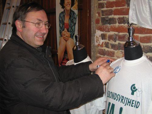 De Gooikse ACW-voorzitter René Derycke onderschrijft de Schone Kleren-campagne.