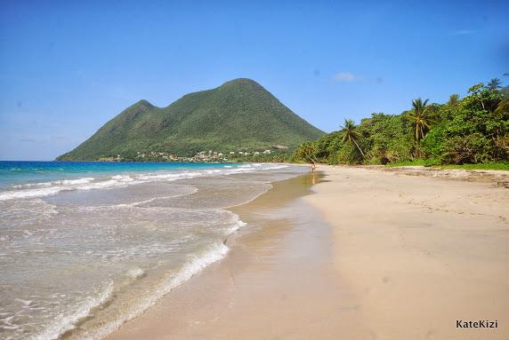 Широкий пляж, ласковые волны, тень - что еще нужно?