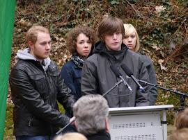 Schüler des Konrad-Adenauer-Gymnasiums am Mikrofon.