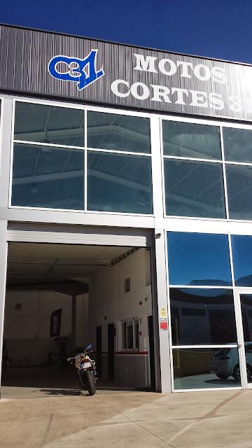 fachada del taller de motos Cortes 31 en el polígono industrial