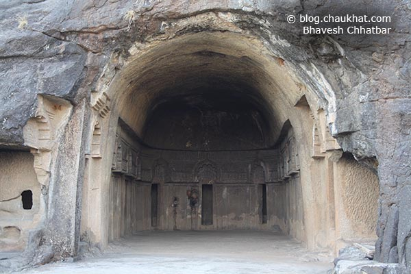 A hall with rest rooms lined on for the monks of Bedse Caves