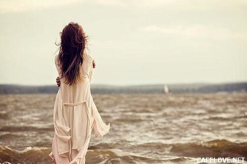Hình ảnh người phụ nữ đứng trước biển buồn