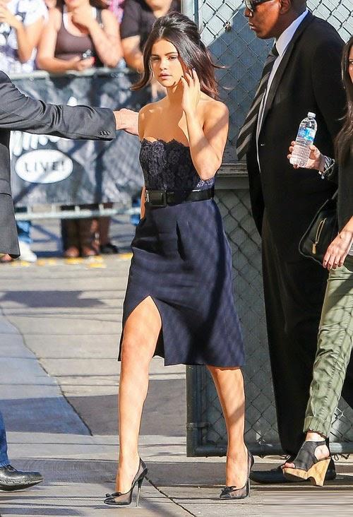 Selena Gomez vai trần gợi cảm trên phố