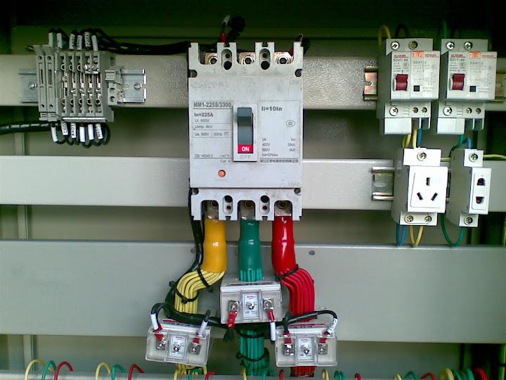 动力箱总进线塑壳断路器