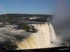 Cataratas de Iguaçu desde el lado de Brasil al fondo se ve la bandera argentina