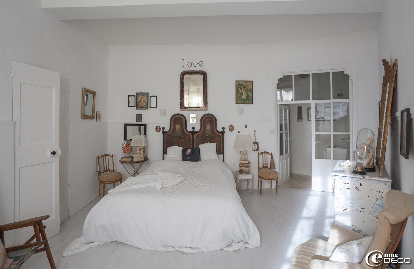 Chambre toute de blanc vêtue, sol refait avec un parquet blanc 'Leroy Merlin'