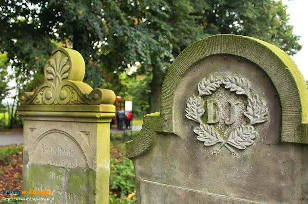 na cmentarzu w Mirowie