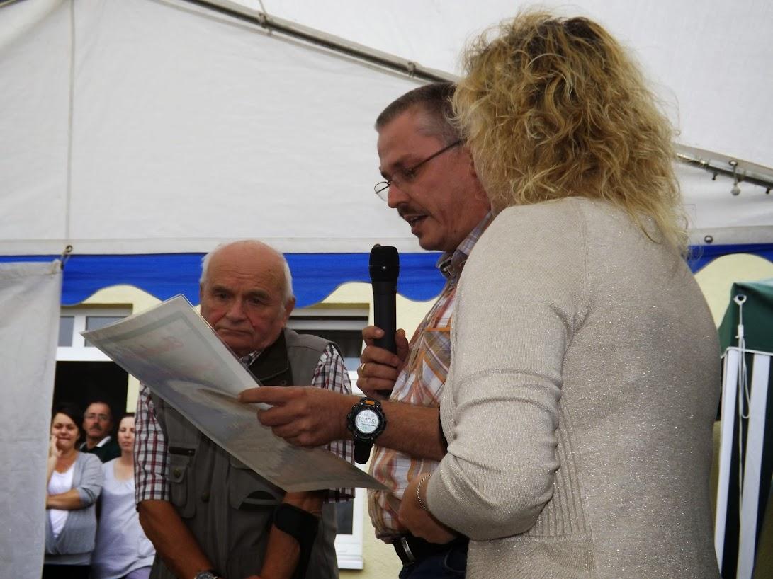 Der Bürgermeister verliest die Ehrenurkunde. (Bild: ASC) Zum Öffnen der Bildergalerie auf das Bild klicken! (Alle Bilder © gemeinde-tantow.de)