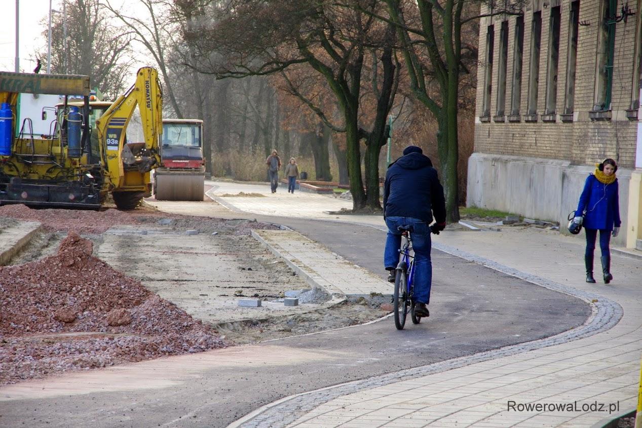 Na wysokości parkingu, droga dla rowerów esuje i zwęża się o 1/3...
