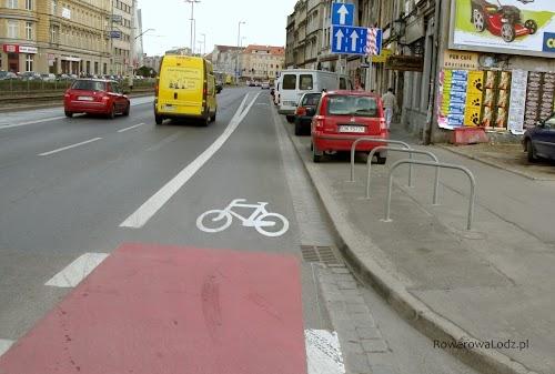 Zaraz za skrzyżowaniem pojawiają się stojaki na rowery. Żeby kogoś nie korciło zaparkować w takim miejscu samochodem i tym samym ograniczać widoczność.