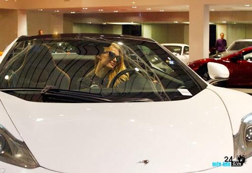"""Nữ hoàng Paris Hilton tậu siêu xe McLaren Nữ hoàng Paris Hilton """"tậu"""" siêu xe McLaren"""