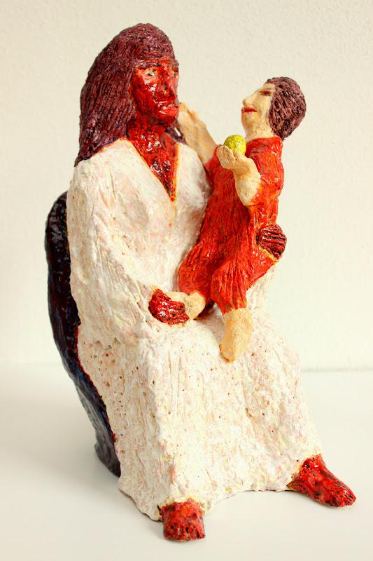 mare de déu amb el nen sostenint una poma