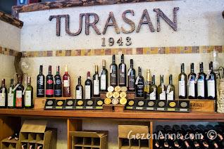 Kapadokya'da Ürgüp'teki Turasan fabrikasında tadılan ve satılan şaraplar