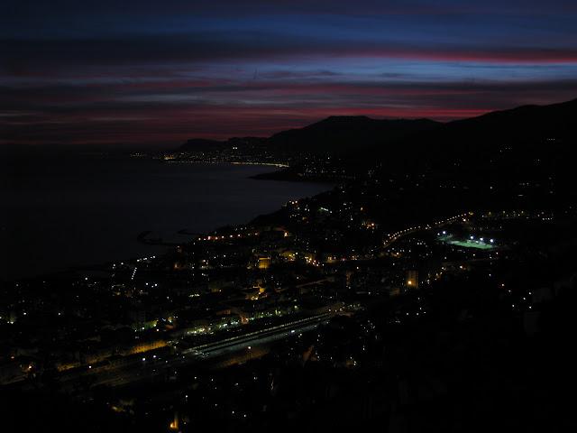 Nocni Ventimiglia s Francii na pozadi