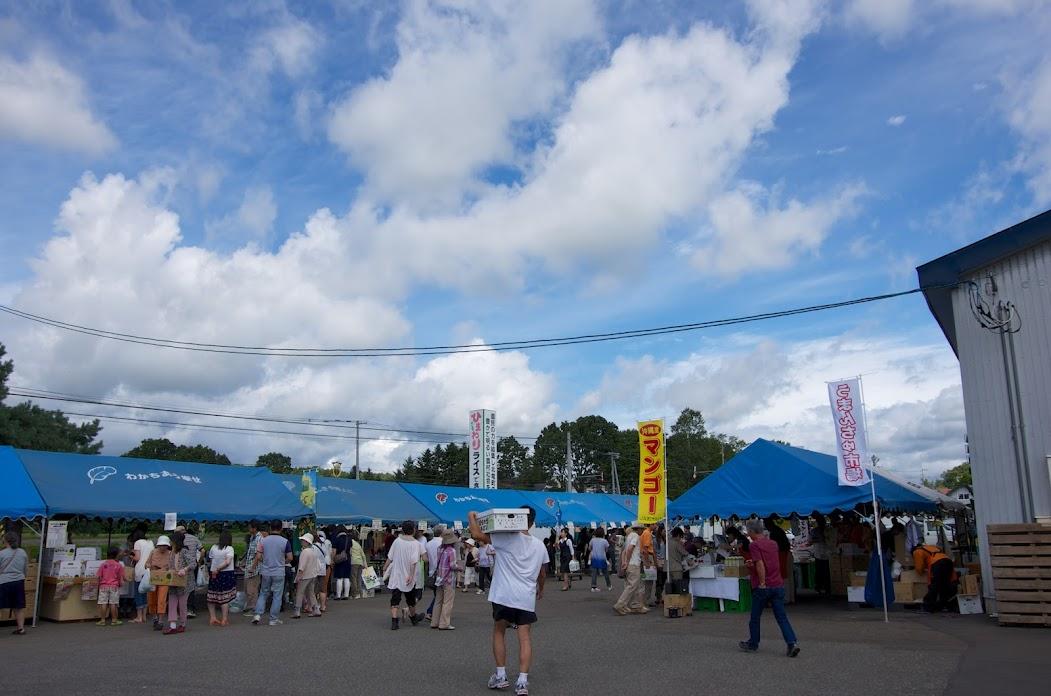 青空が広がる午前中、賑わう会場