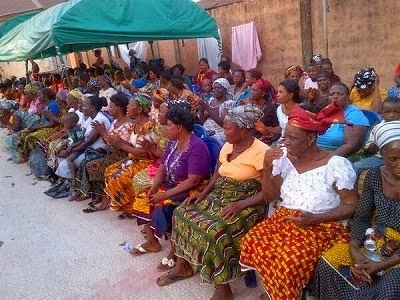 MERCY JOHNSON OKOJIE SHARES GIFT ITEMS WITH WIDOWS AT HUBBY'S HOMETOWN, UROMI IN EDO STATE