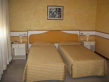 Hotel Ristorante FARO - vicino Velodromo e al Santuario di Rosa Mistica, centro Fiera, Via Mantova, 60, 25018 Montichiari BS, Italy