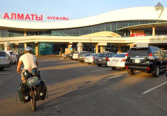 Miri on the Bike am Flughafen von Almaty