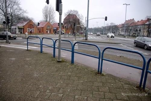 Chodnik jest oddzielony od drogi dla rowerów takimi barierkami.