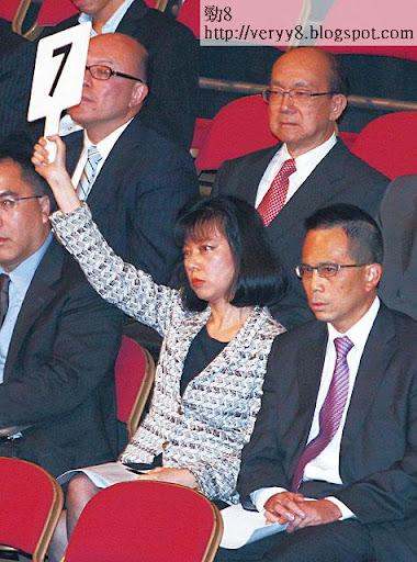 吳佳慶經常陪太子李澤鉅到拍賣場投地,老公淩顯文就是長實禦用則師。
