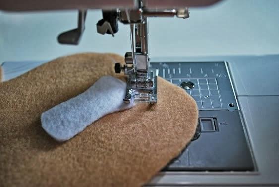 costurando fantoches de feltro