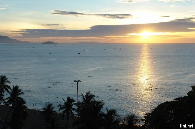 biển Nha Trang lúc bình minh
